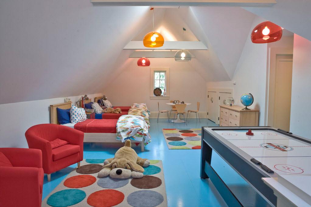 Разноцветные лампы по всему потолку