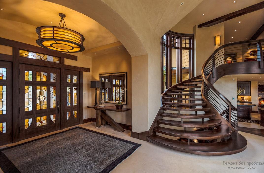 Шикарная парадная лестница, находящаяся в чудесной гармонии со всем интерьером