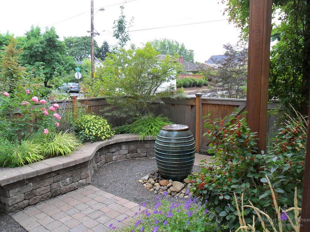 Небольшой фонтан, служащий акцентом одной из зон двора