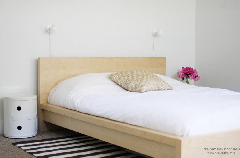 Спальня в стиле минимализм. Кровать простой формы из светлого дерева