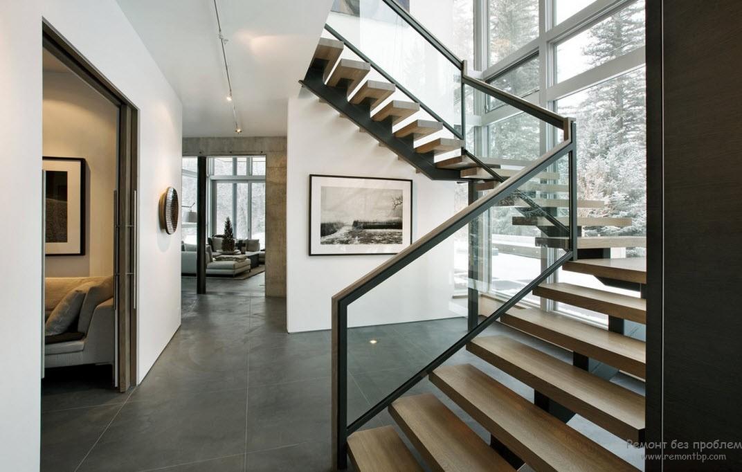 Парадная лестница современного стиля задает тон всему интерьеру