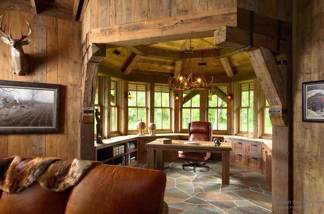 Благородное дерево в роскошном интерьере деревянного коттеджа
