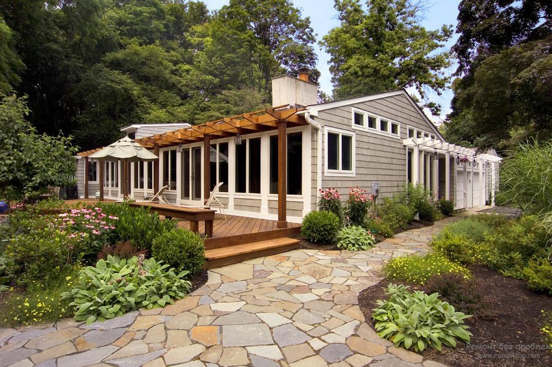Эффектное и уютное оформление двора при помощи красиво посаженных растений