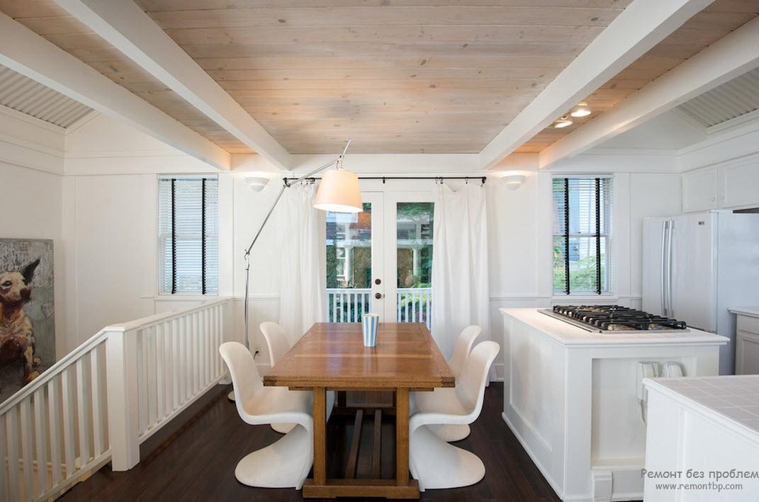 Темный пол, более светлый стол и почти белая обшивка потолка - все оттенки дерева