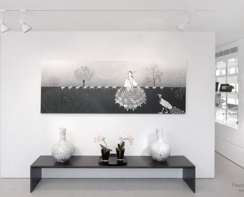 Поворотный сет выделяет декоративные элементы интерьера