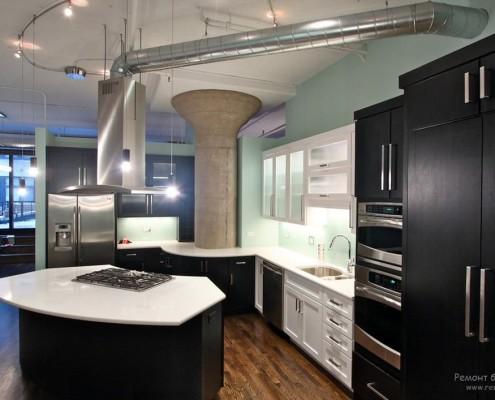 Темная кухня с примесью темно-зеленого и нежно-голубого