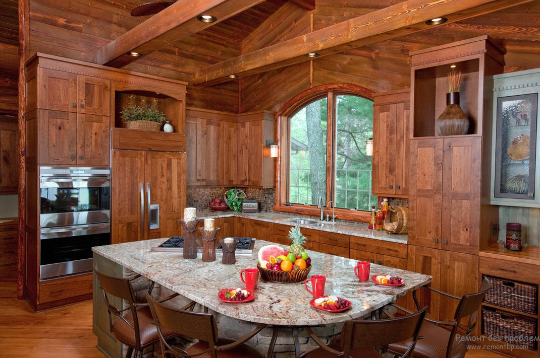 Деревянная кухня в интерьере загородного коттеджа