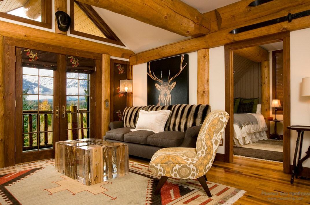 Эффектная деревянная гостиная в загородном коттедже