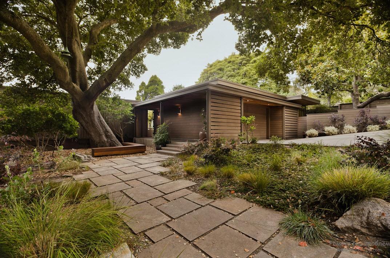 Красивое зеленое оформление двора, способствующее расслаблению