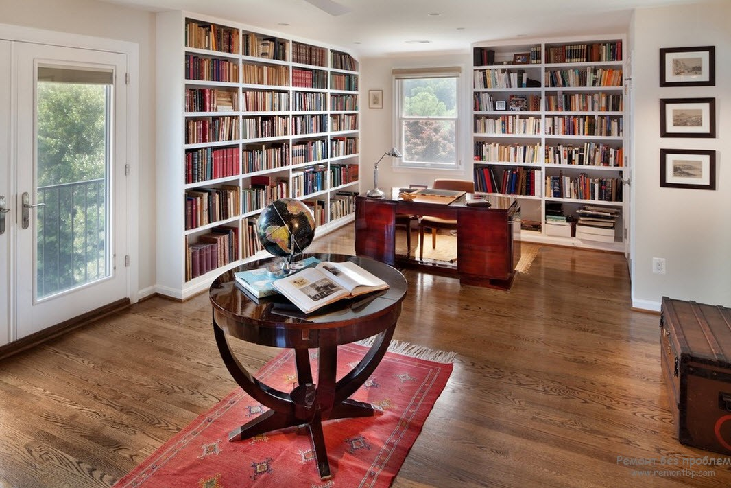 Библиотека, расположенная в просторном кабинете