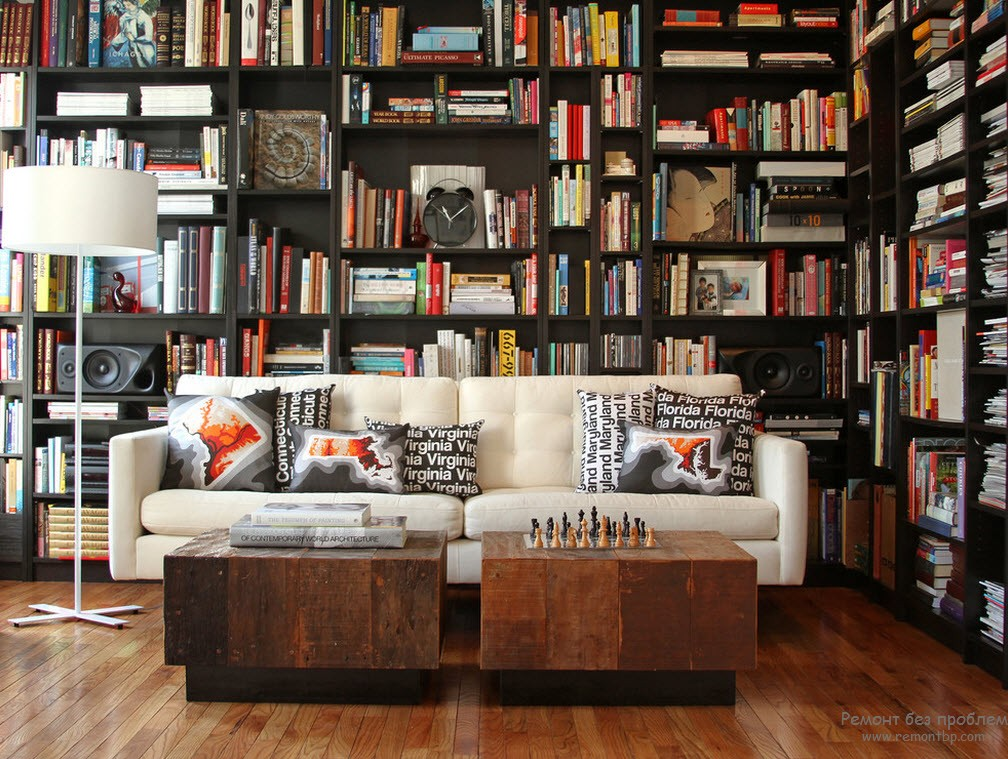 Торшер очень удобен для освещения места для чтения