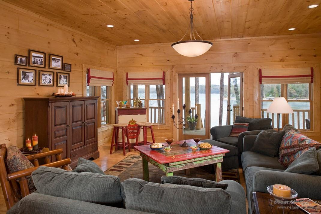 Мягкая мебель прекрасно вписывается в интерьер деревянного дома