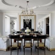 Богатый интерье гостиной с использованием молдингов белого и золотого цвета