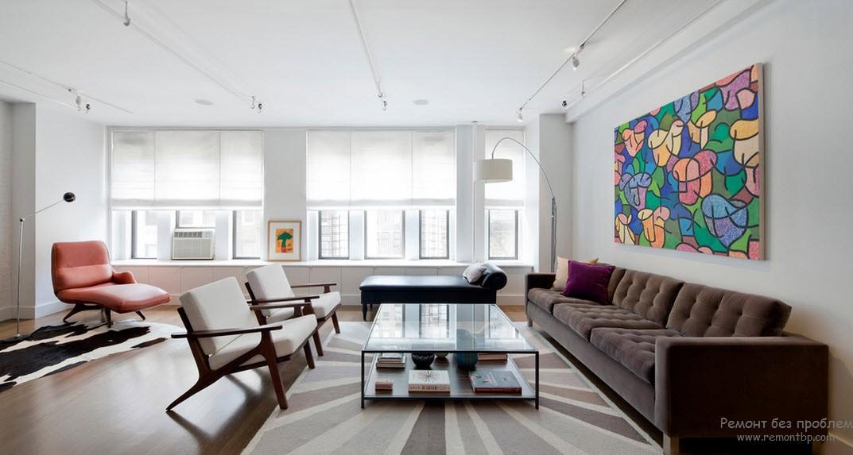 Гостиная в стиле минимализма украшена картиной на тему цветущих болот и красным креслом
