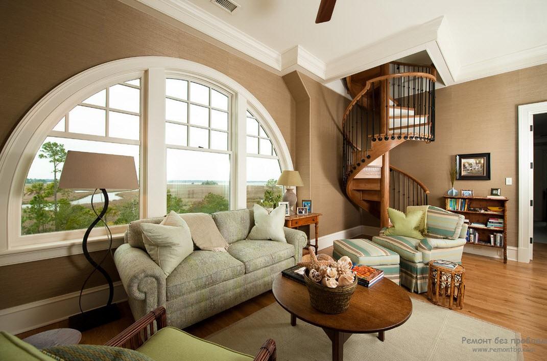 Деревянная винтовая лестница в интерьере классической гостиной