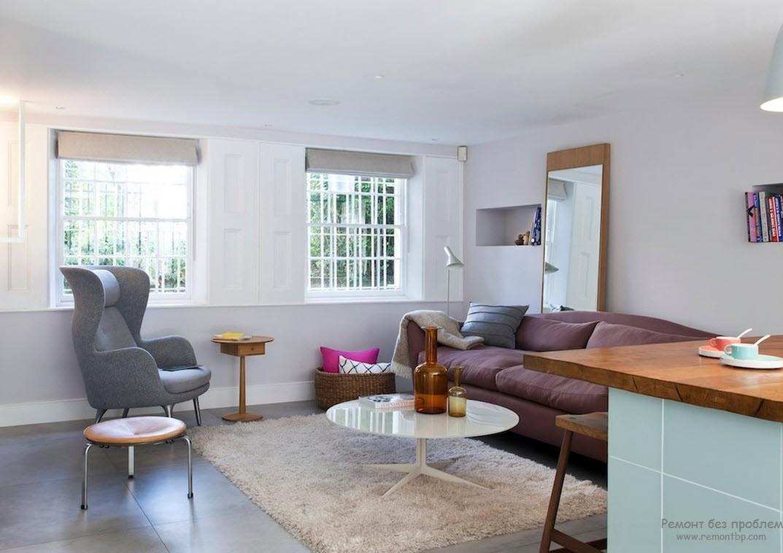 Лиловый диван и серое кресло создают настроение отдыха