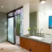 Интерьер ванной комнаты с декоративной штукатуркой