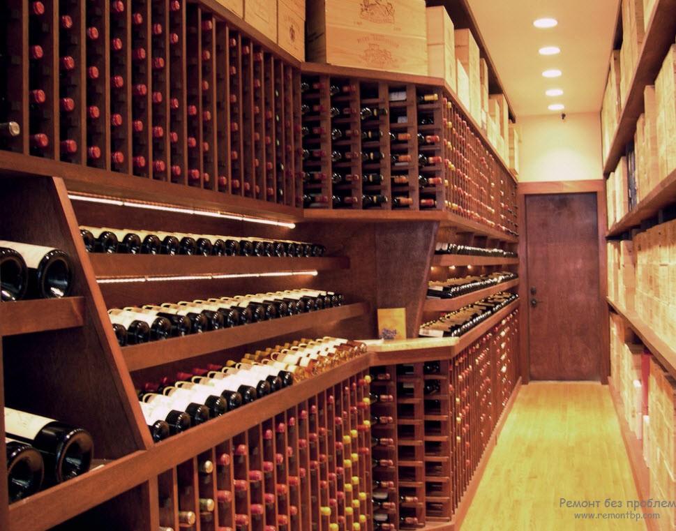 Плотная дверь в погребе с вином