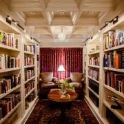 Мягкие удобные кресла, уютный ковер и журнальный столик чудесно дополнят интерьер библиотеки