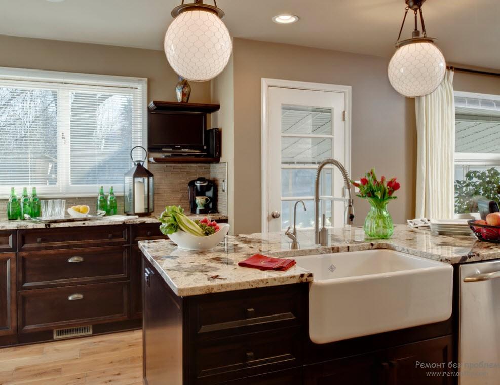 Интерьер кухни, выполненный в сочетании бежевого с темно-коричневым