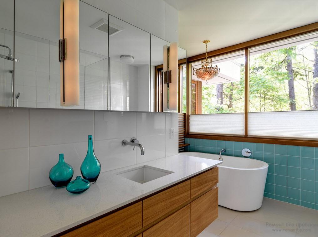 Бирюзовые кафель и графины оживляют интерьер ванны