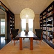 Уютно обустроенная библиотека со стеллажами до потолка
