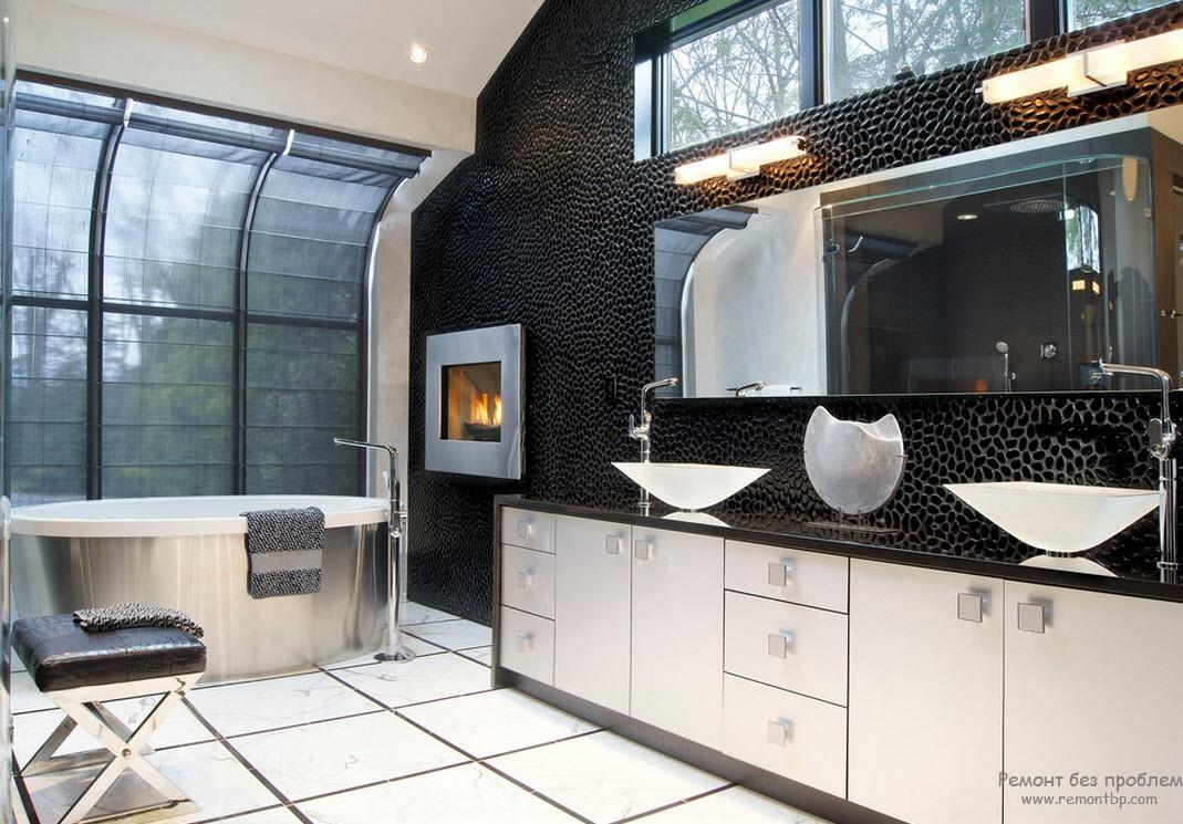 Темная ванная с большим окном
