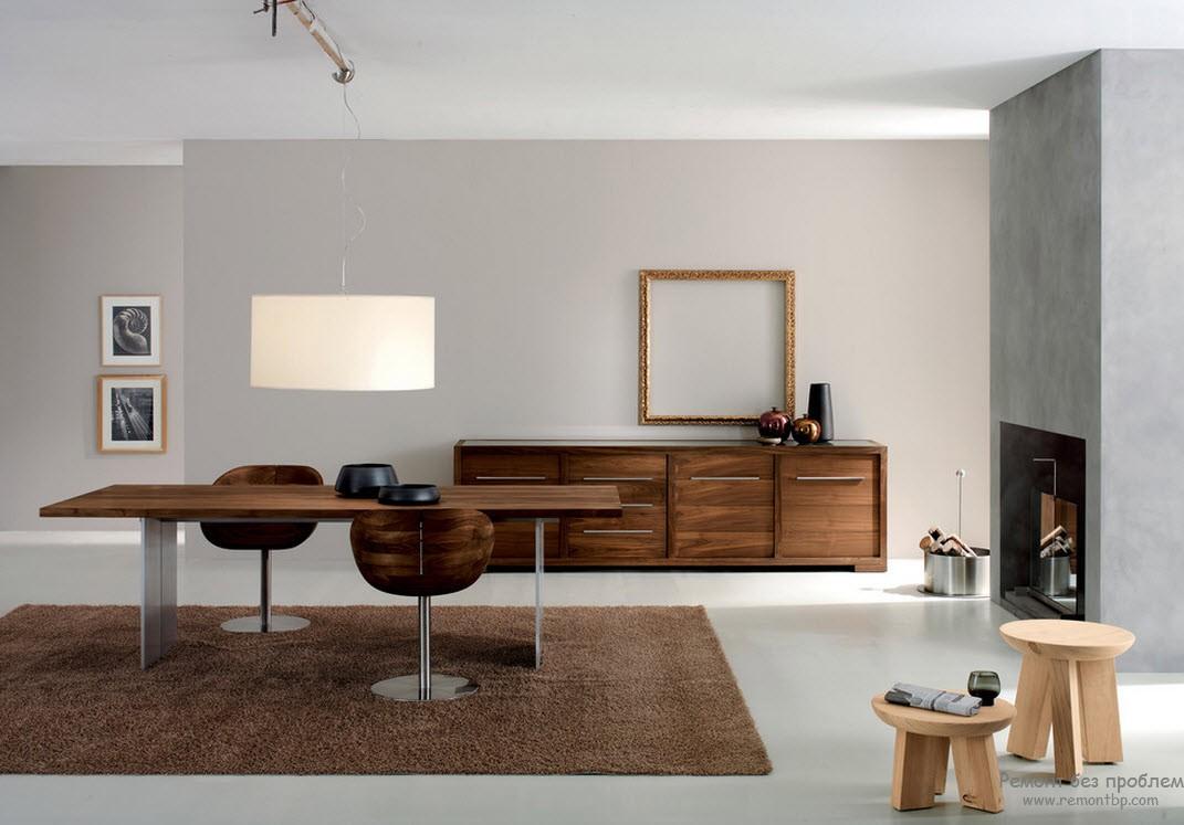 Современная обстановка в стиле минимализм. Шоколадные ковер и мебель. Камин дает возможность добавить в обстановку дрова и два грубых табурета, типичные для скандинавского стиля