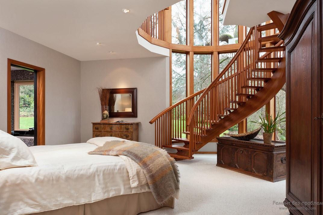 Очень оригинальная винтовая лестница - украшение гостиной