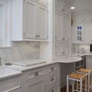 Мраморные стены в интерьере кухни
