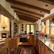 Камин в дачной кухне