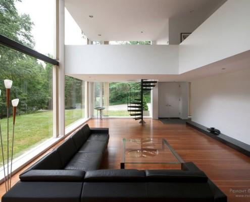 В интерьере присутствуют большие площади стеклянных поверхностей