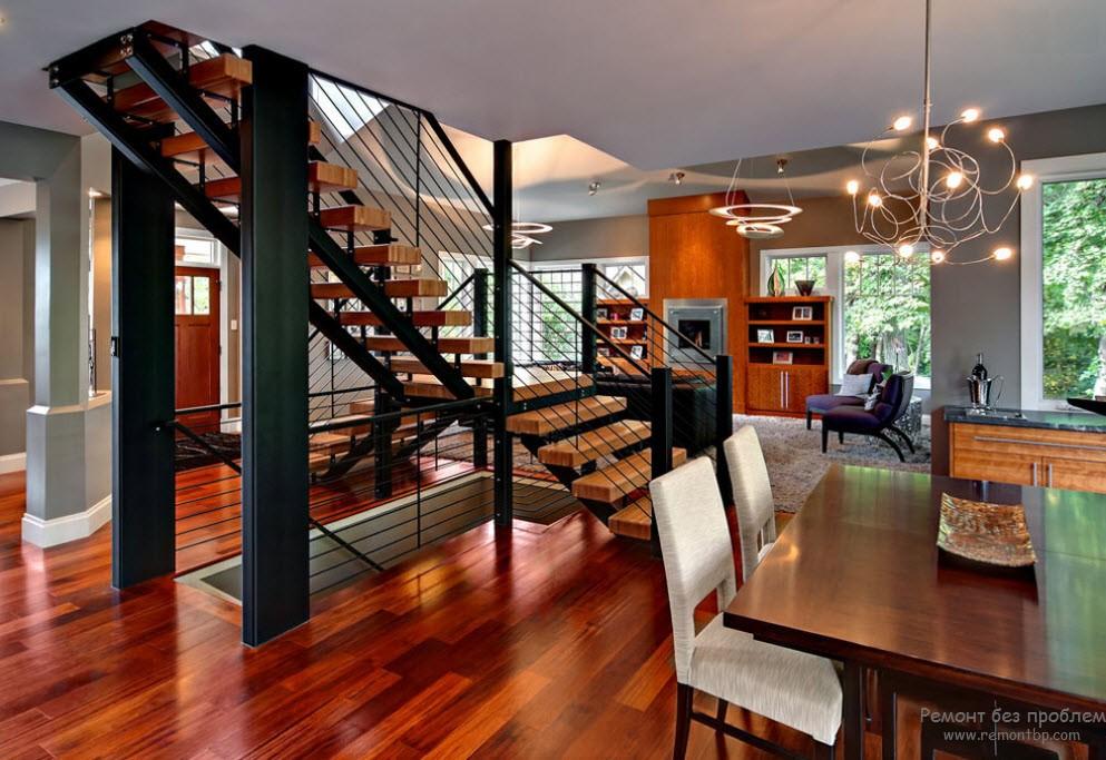 Более тяжелая конструкция маршевого типа в интерьере гостиной