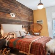 Дизайн спальни с отделкой одной стены под дерево