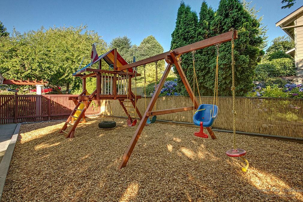 Мягкое покрытие детской площадки щебеночной крошкой