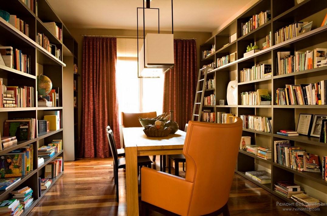 Интерьер библиотеки с книжеыми полками до потолка и лестницей, гармонирующей со стилем помещения