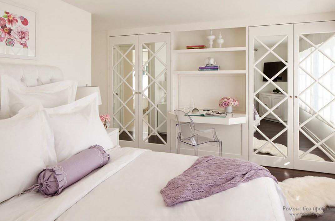 Ефектний інтер'єр спальні з гардеробною з дзеркальними дверцями
