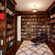 Большая библиотека с открытыми полками