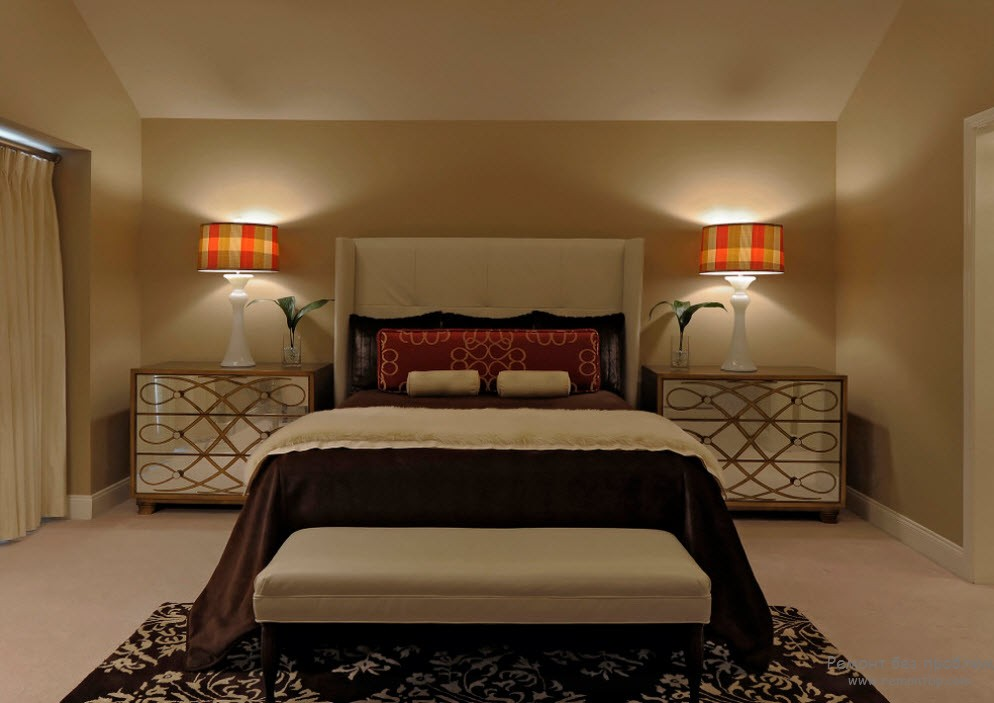 Бежевый интерьер спальни с контрастом из темно-коричневого