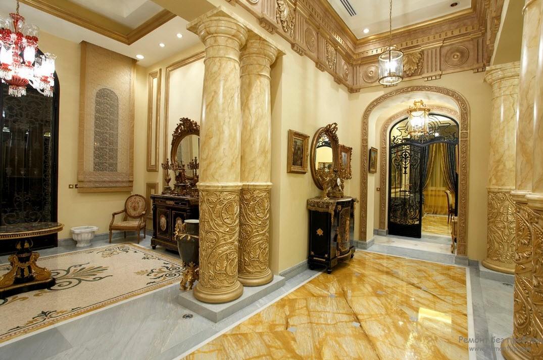 Богатый интерьер в стиле барокко, напоминающий дворе с роскошными колоннами
