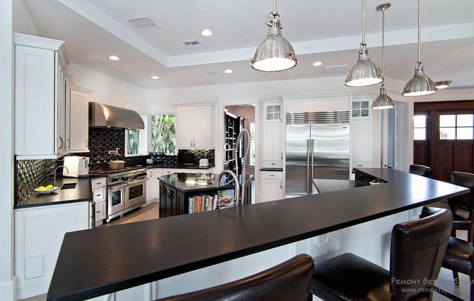 Кухня с темной мебелью
