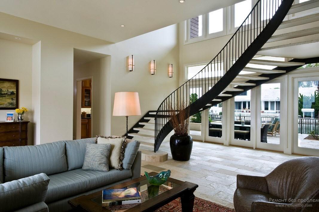 Эффектная современная лестница, установленная в холле