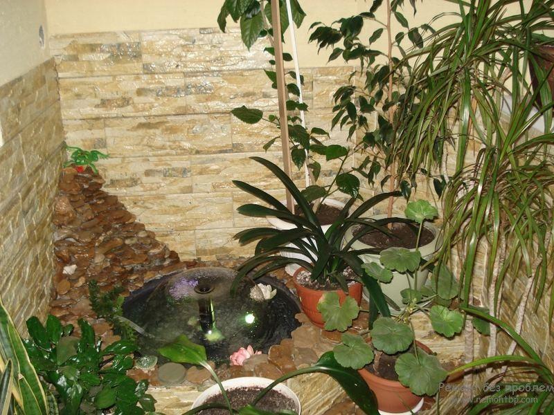 Небольшой фонтан среди живой растительности
