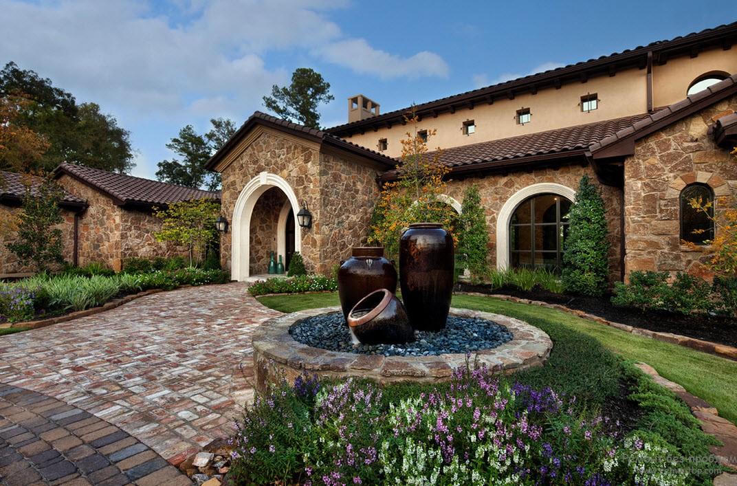 Большие декоративные емкости - акцент дизайна двора