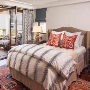 Спальня с большим окном фото
