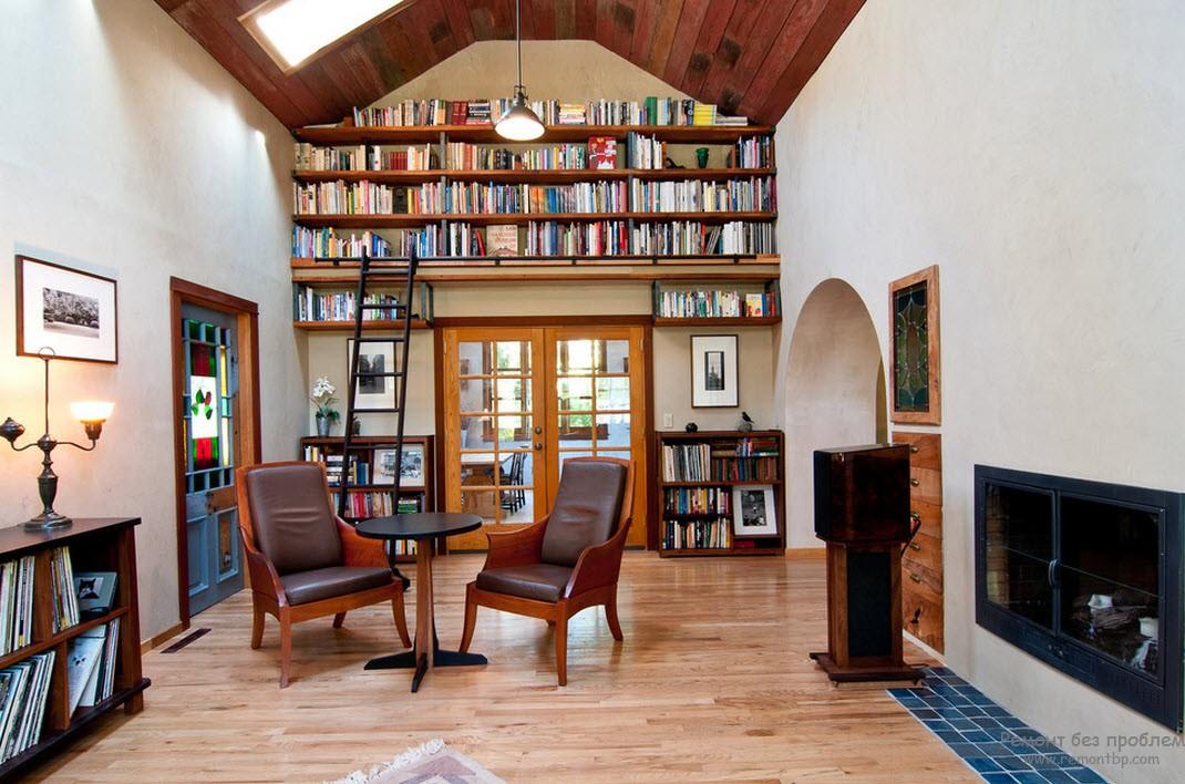 Библиотека, размещенная в гостиной