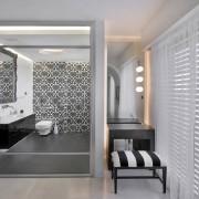 Темная ванная в союзе с мягкими цветами