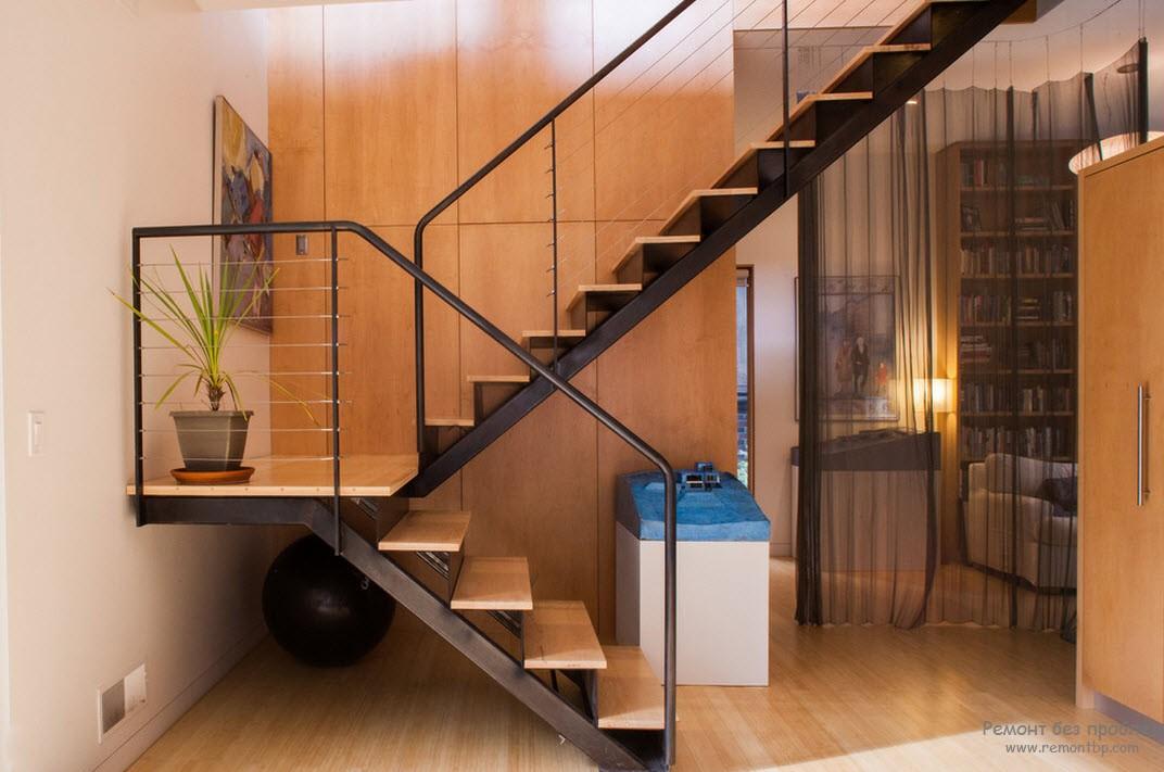 Скромная лестница современного стиля, носящая второстепенный характер
