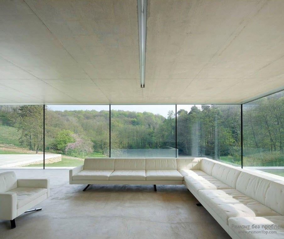 Просторное помещение визуально увеличено за счет остеклённых стен