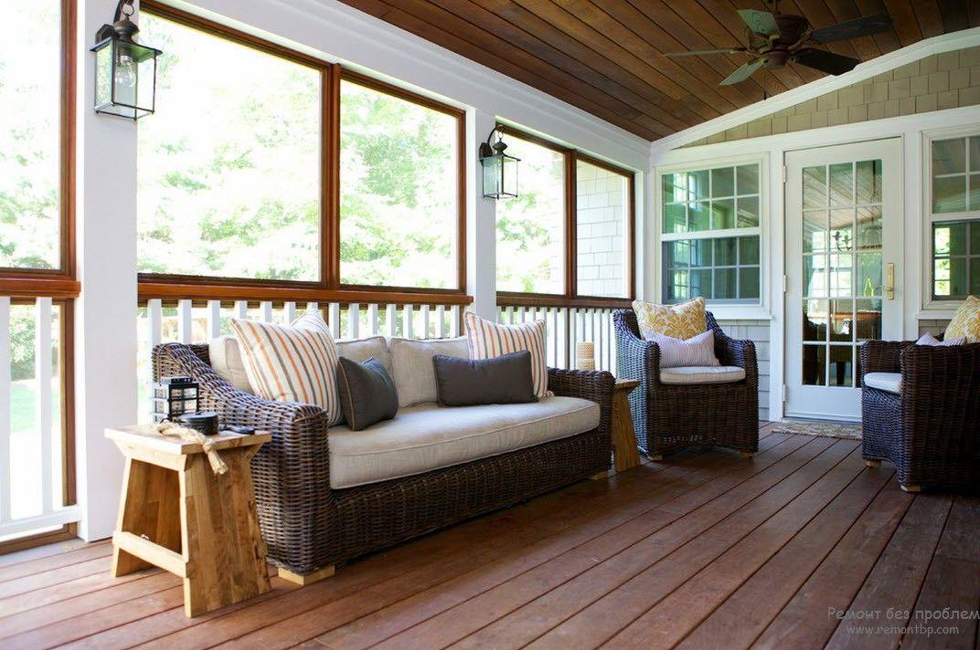 Плетеная мебель на обновленной веранде